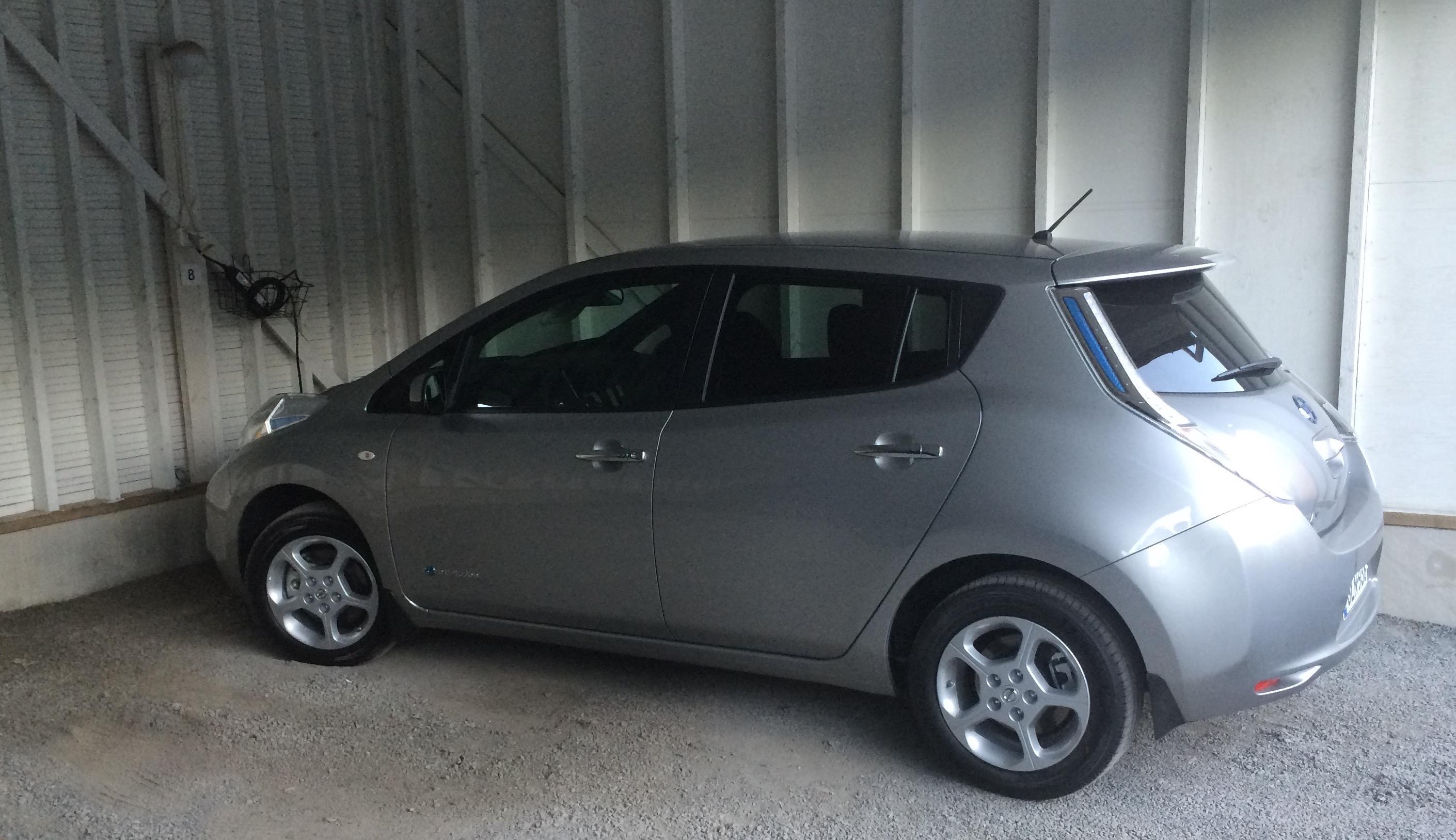 Siinä se nyt on. Nissan Leaf. Ja 4 vuoden autolaina. Paree olla sitten hyvä auto! :)